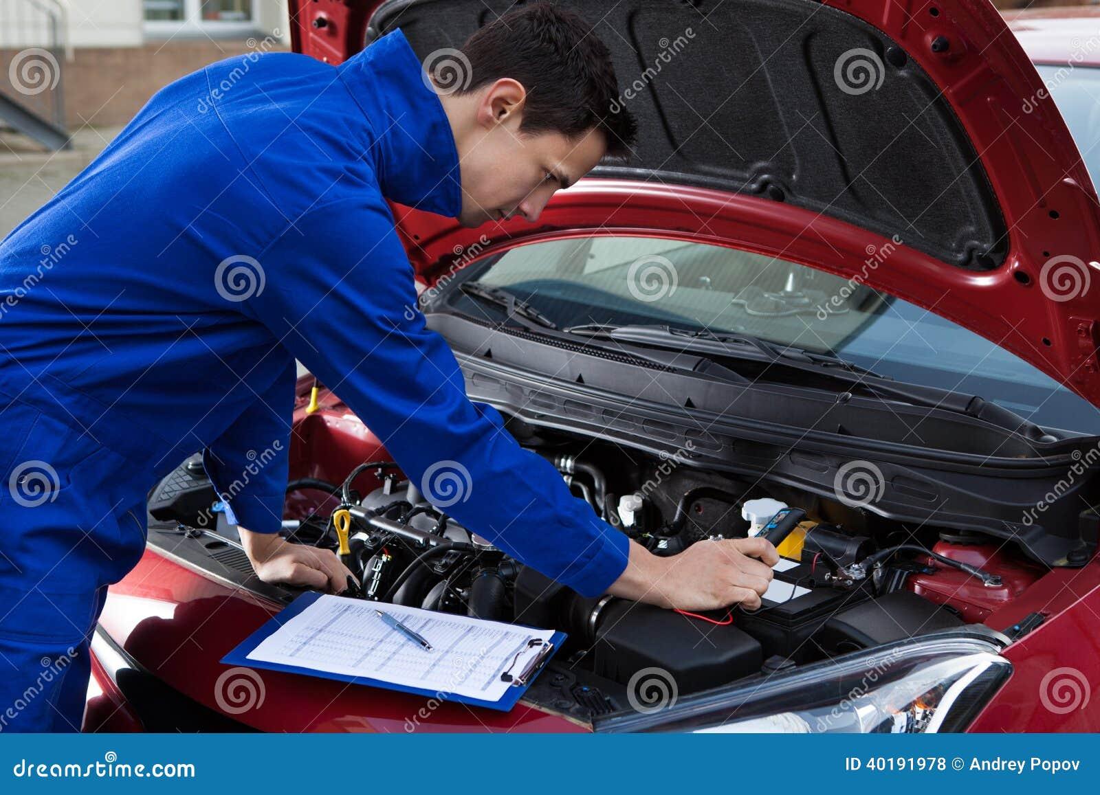 Werktuigkundige in eenvormige het herstellen auto