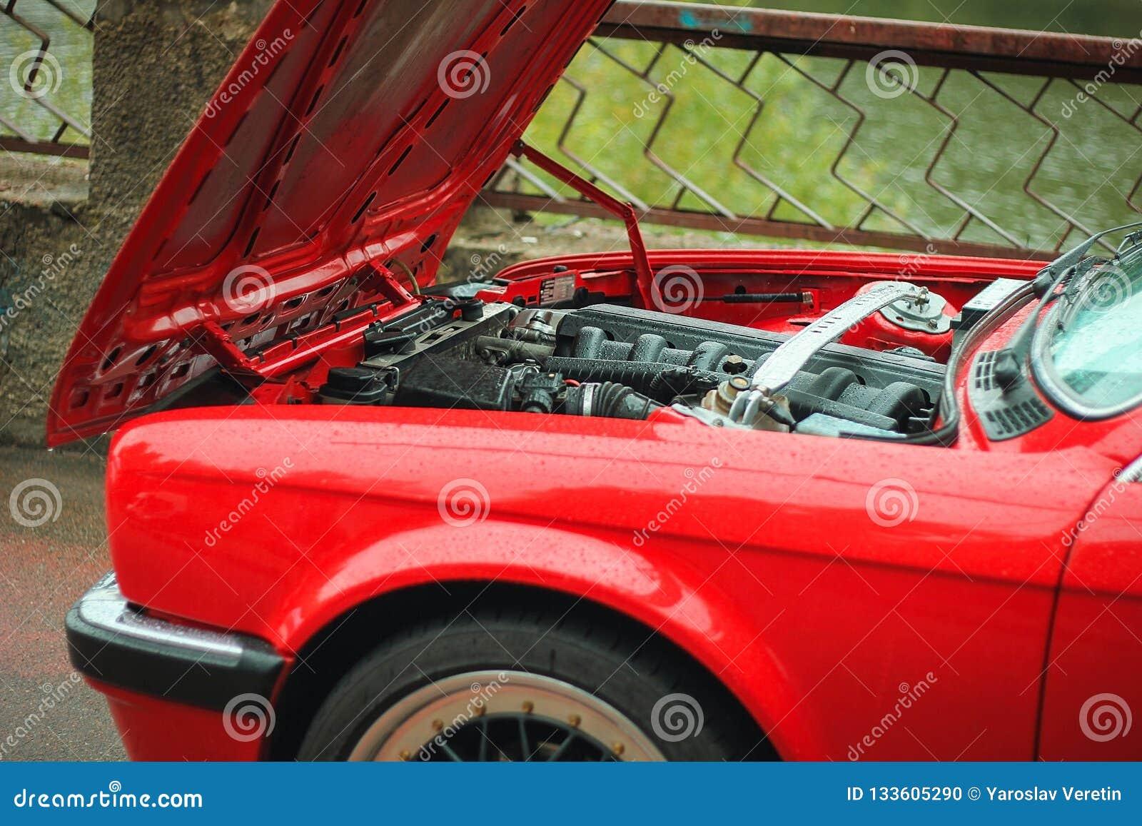 Werktuigkundige van de de kapauto van de autoneerstorting de open om voorwaarde van schade te controleren