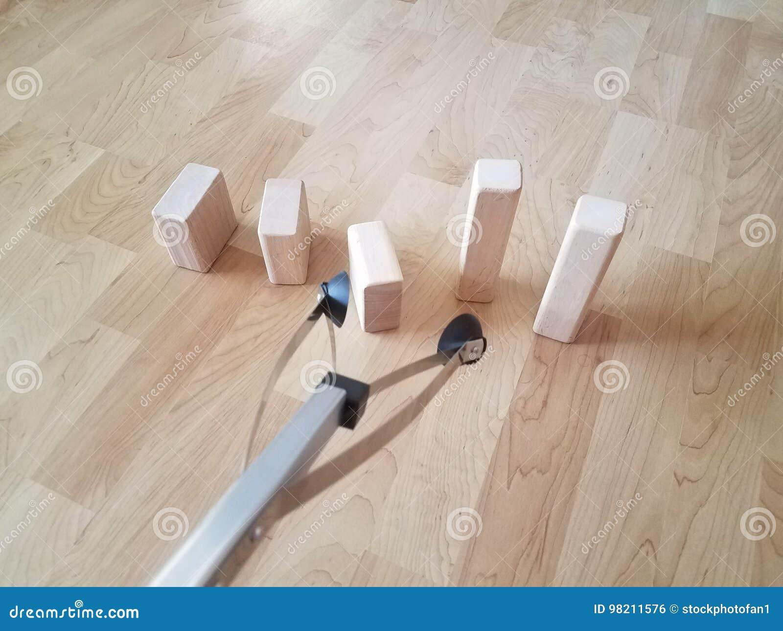 Fußboden Aus Holzklötzen ~ Werkzeug zum von gegenständen mit holzklötzen zu ergreifen