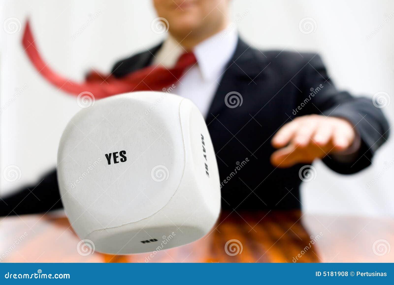 Werpen van de zakenman dobbelt om een besluit te nemen