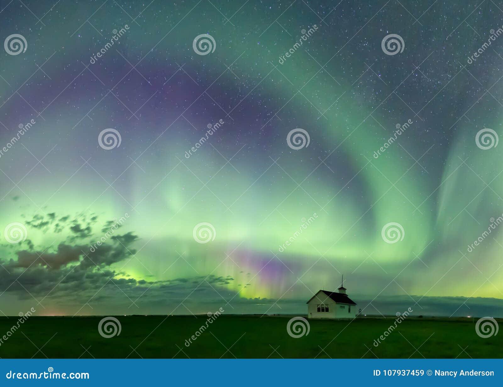 Werveling van Aurora Borealis Northern Lights over Historische School dichtbij Kyle, Saskatchewan, Canada