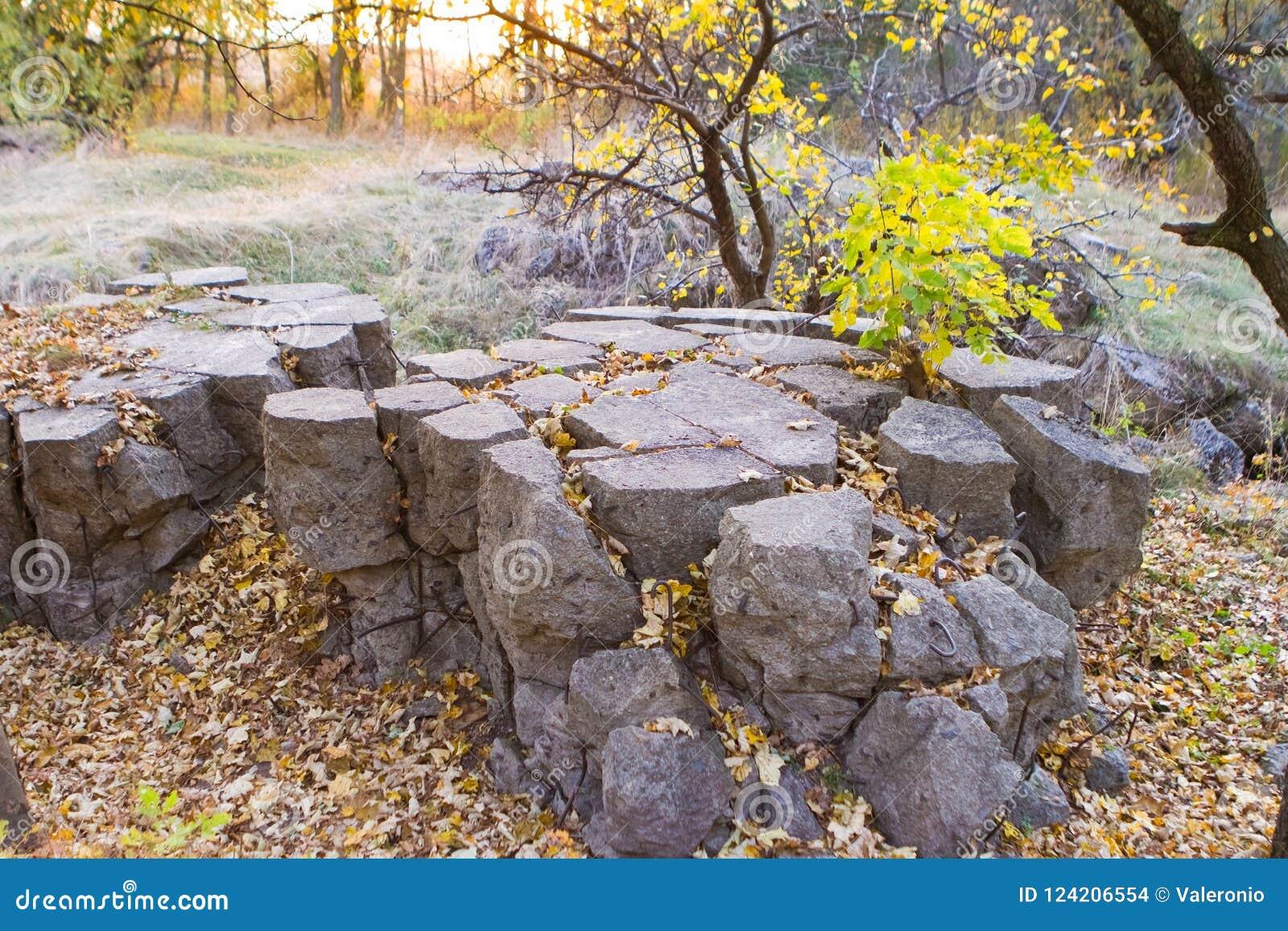 Werwolf, ruïnes van Adolf Hitler ` s vernietigt bestand concreet bunkerhoofdkwartier, staalmontage in vernietigd stuk van beton