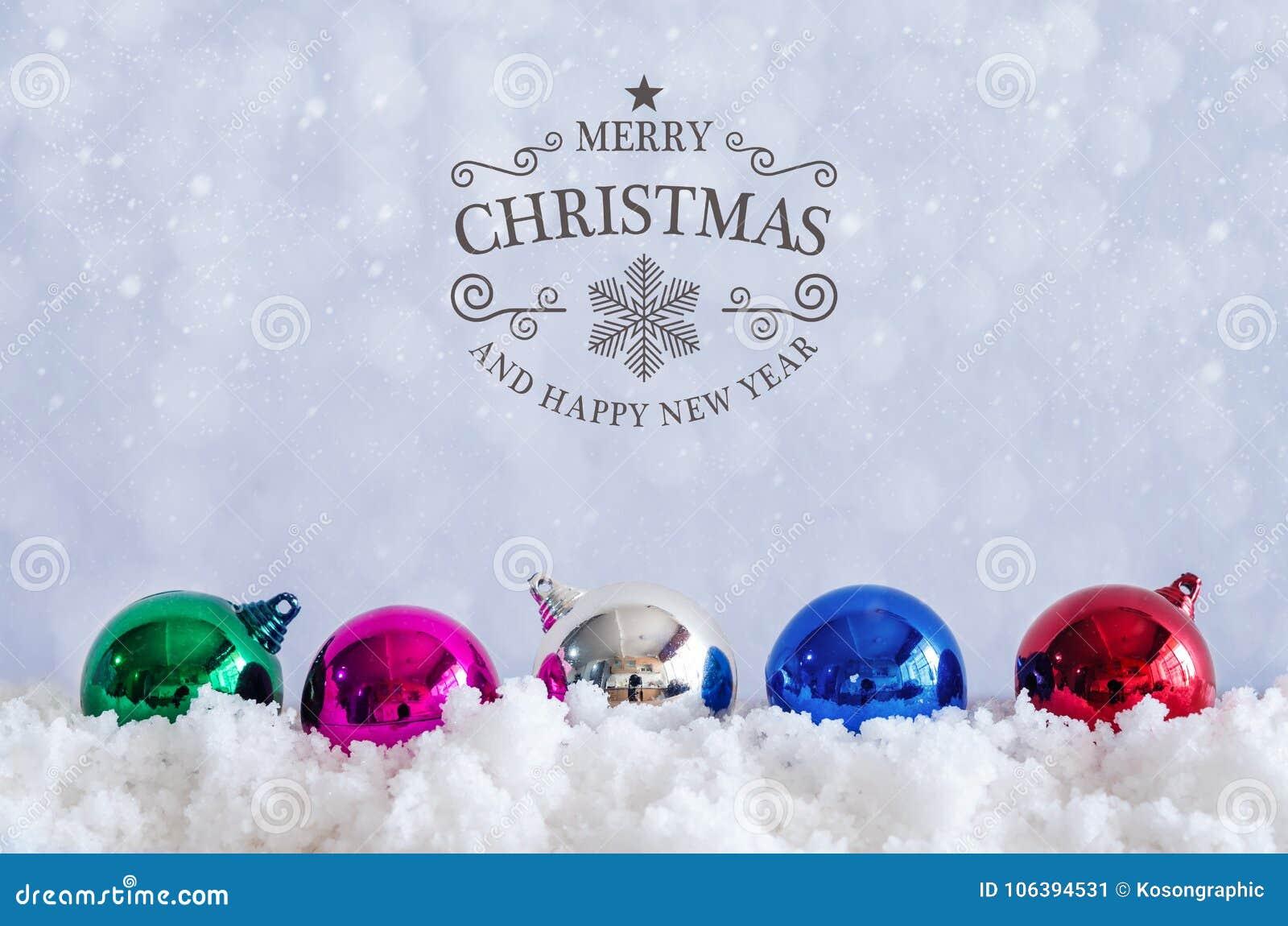 Wesoło boże narodzenia i szczęśliwy nowego roku tekst z dekoracj piłkami