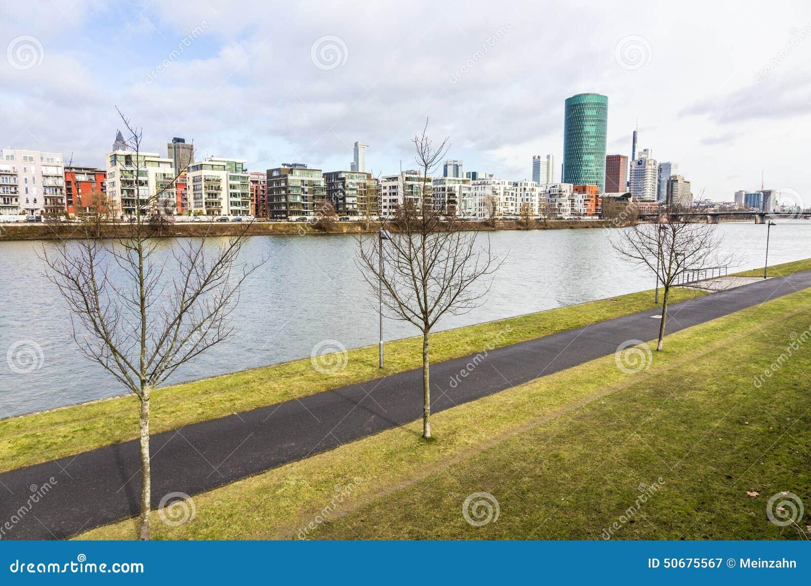 Download Westhafen塔在港口区域在河主要的法兰克福 图库摄影片. 图片 包括有 欧洲, 办公室, 全景, 都市风景 - 50675567