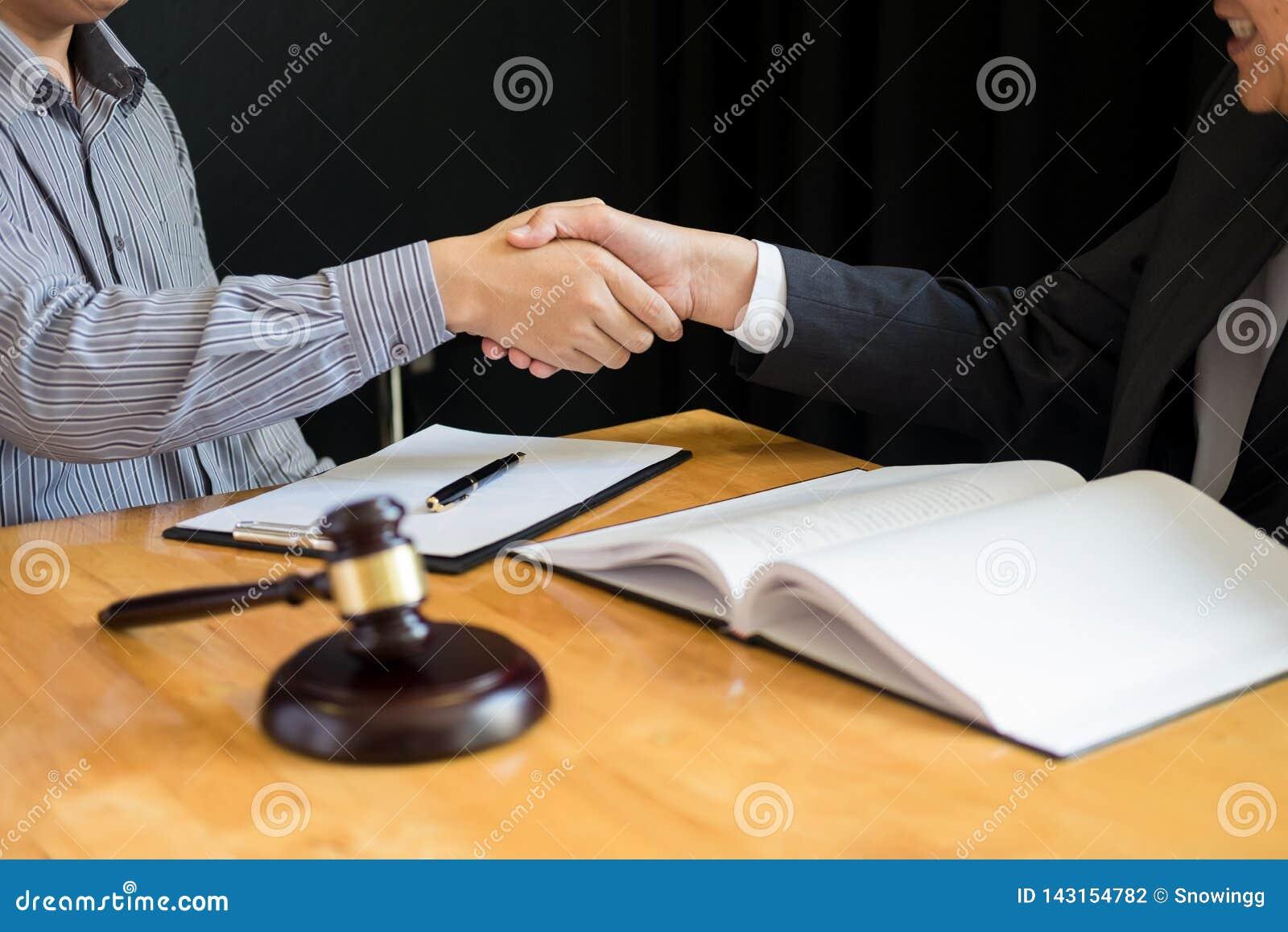 Wet en Juridisch begrip, Overleg tussen procureurs en cliëntenklant het schudden handen die contractovereenkomst binnen bespreken
