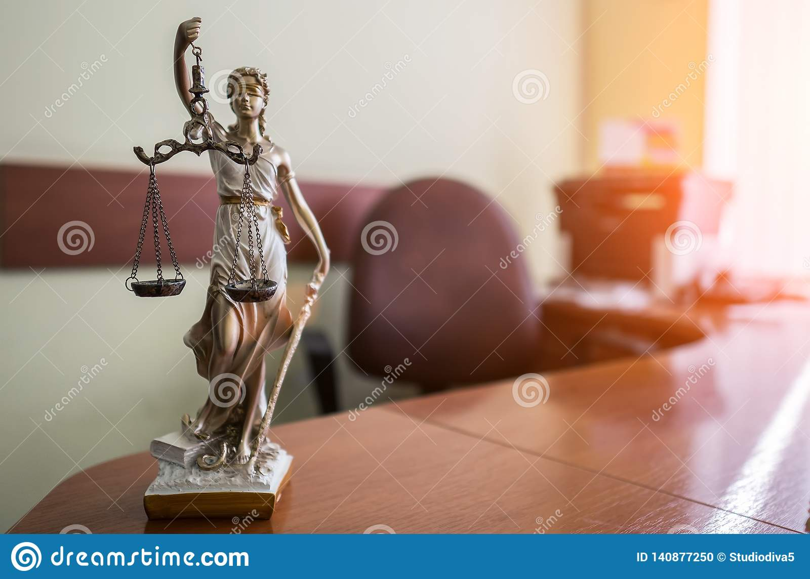 Wet en rechtvaardigheidsconcept Houten hamer van de rechter, boeken, schalen van rechtvaardigheid Rechtszaalthema