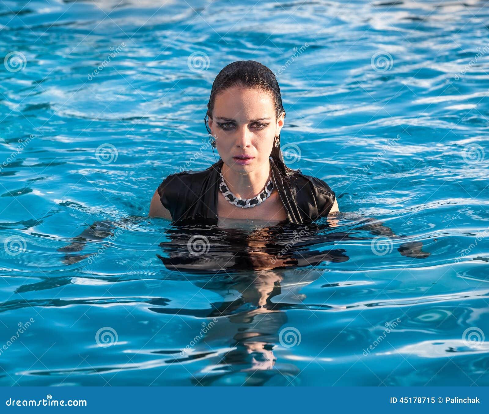 Frauen Mit Kleidung Im Wasser