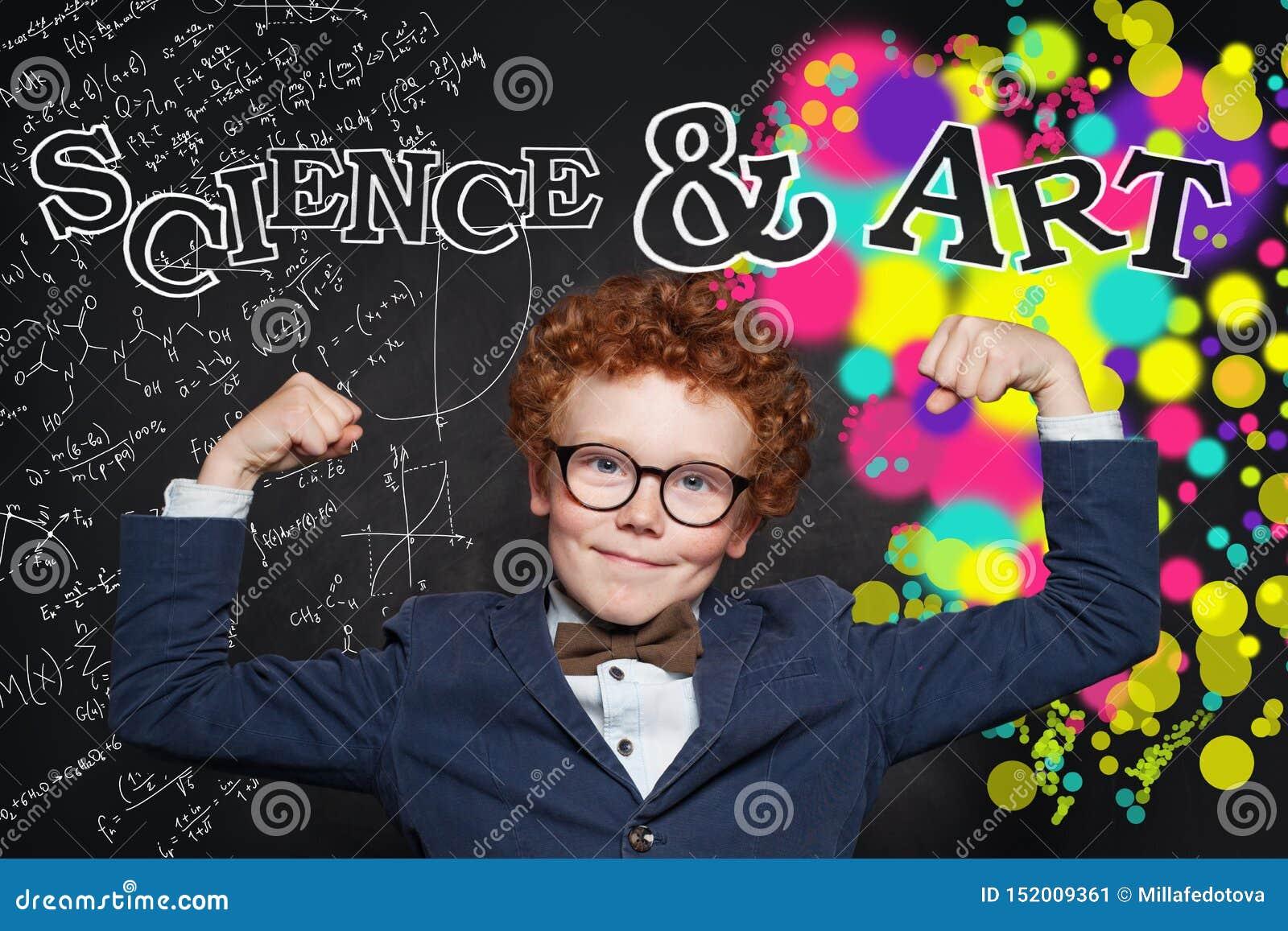 Wetenschap en kunstenmacht Creativiteitonderwijs en brainstormingsconcept Gelukkige slimme jongen op bord