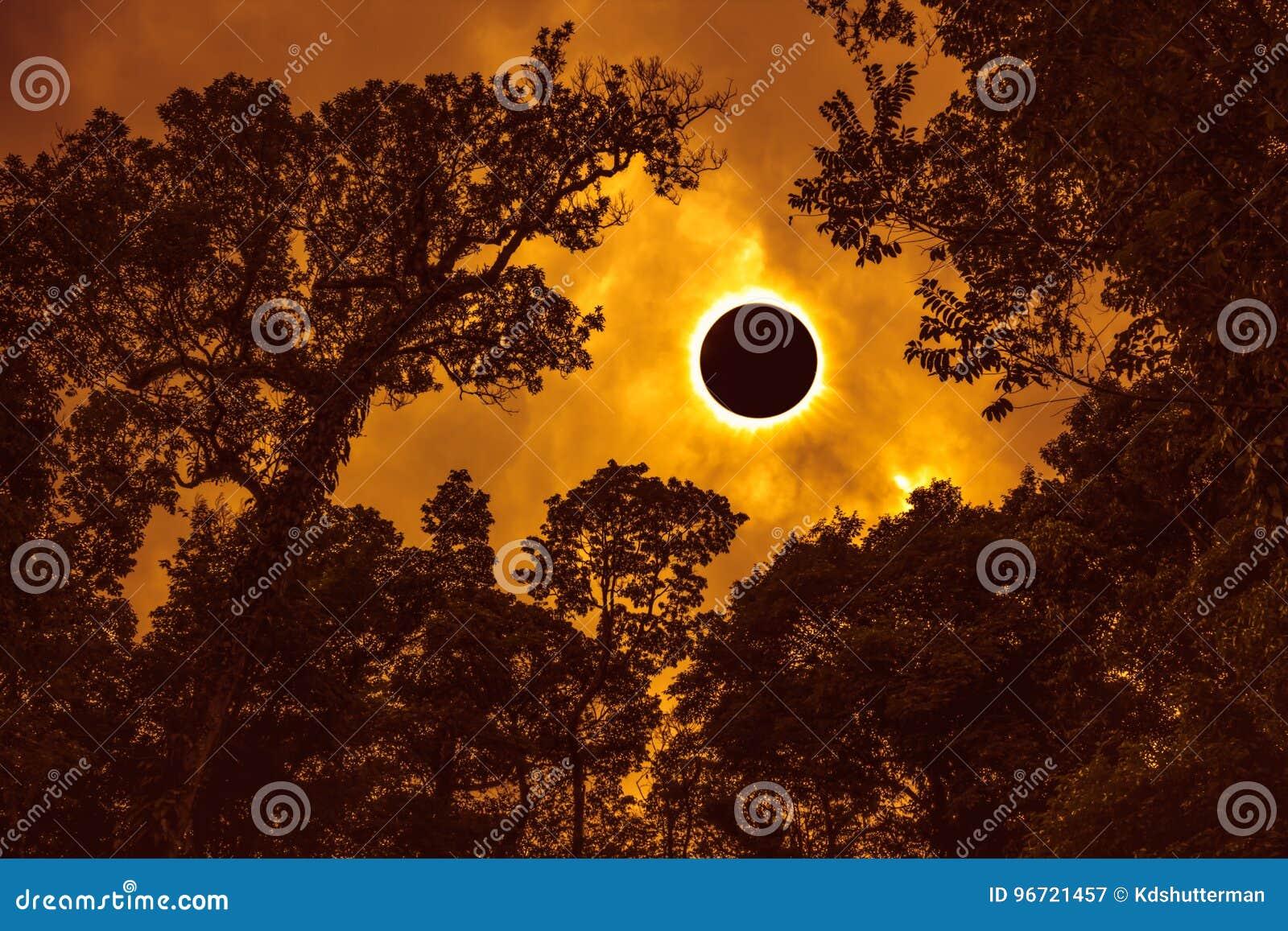 Wetenschappelijk natuurverschijnsel Totale zonneverduistering die op sk gloeien