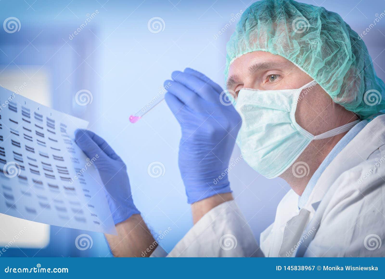 Wetenschapper die DNA-opeenvolging analizing