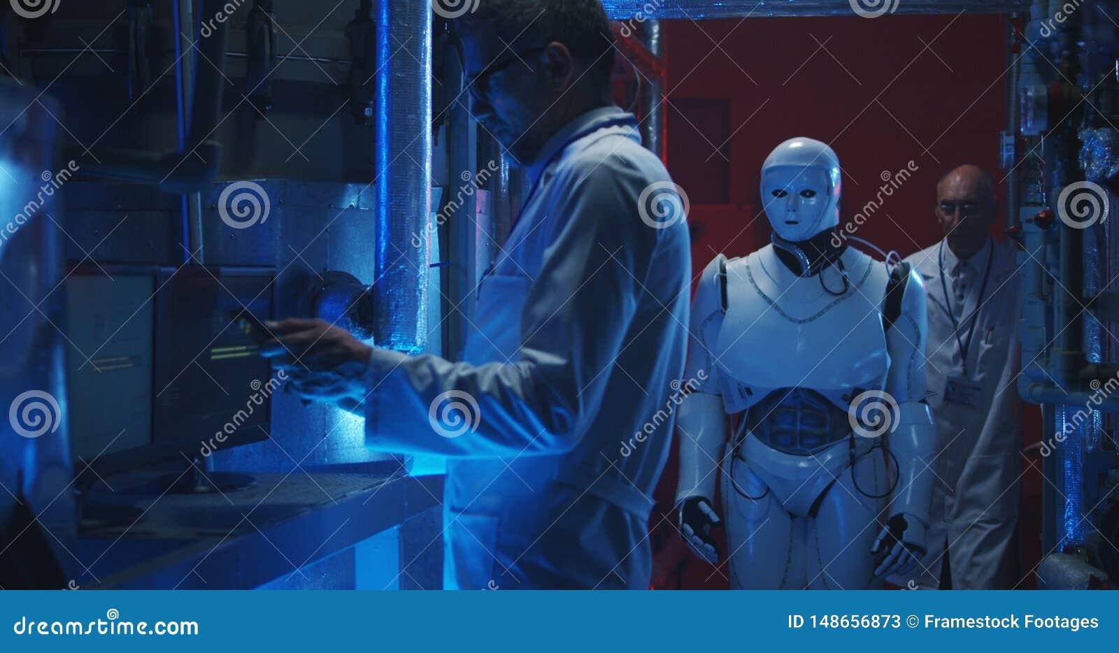 Wetenschappers die humanoidrobot testen