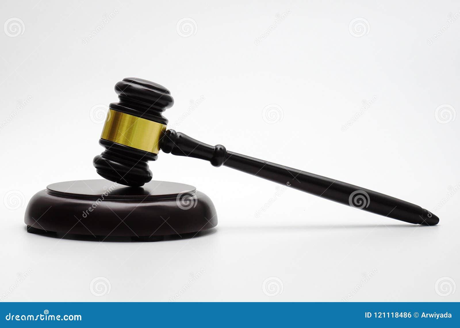 Wetsthema, houten hamer van de rechter, rechtvaardigheidsschaal, zandloper, boek