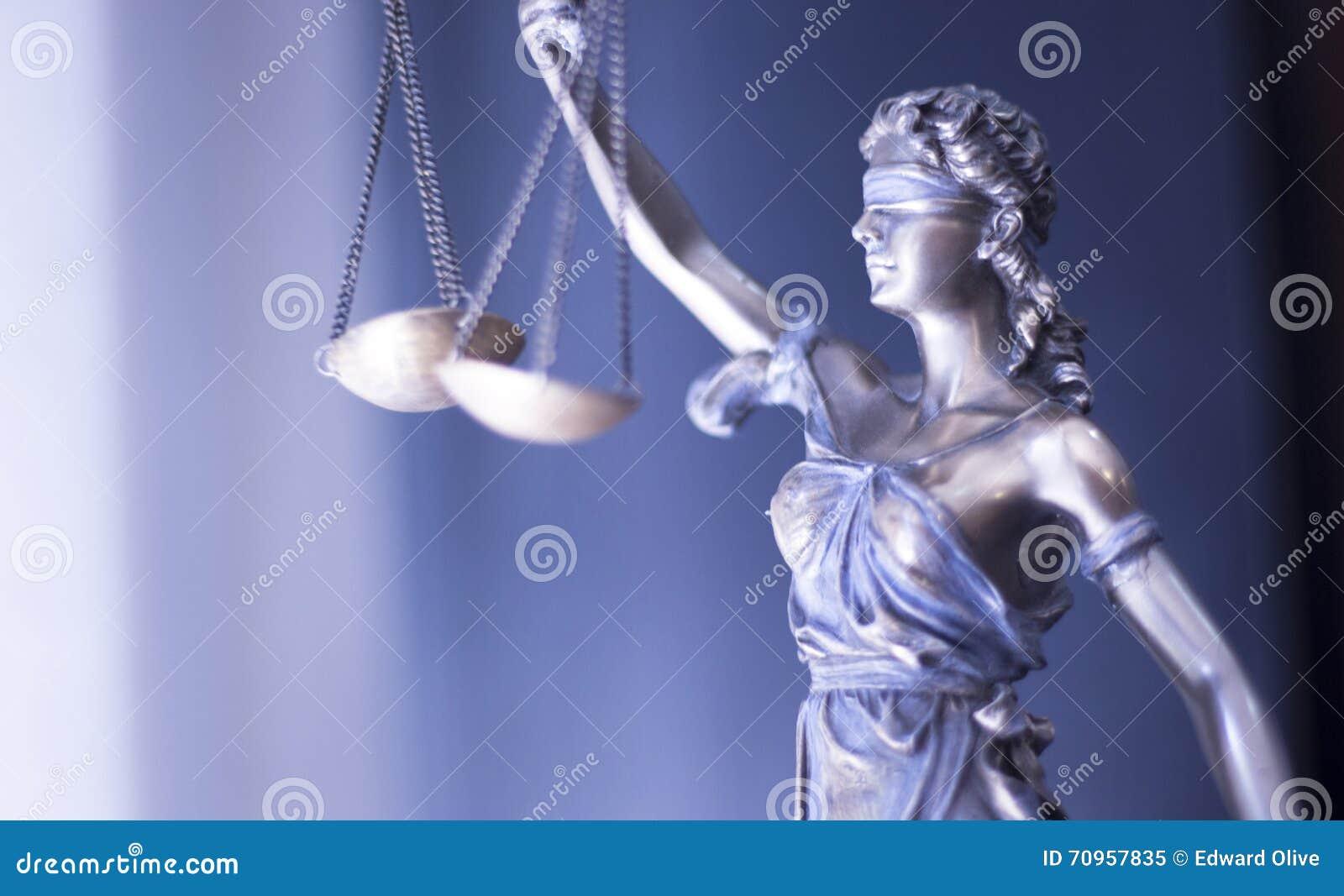 Wettelijk rechtvaardigheidsstandbeeld in advocatenkantoorbureau