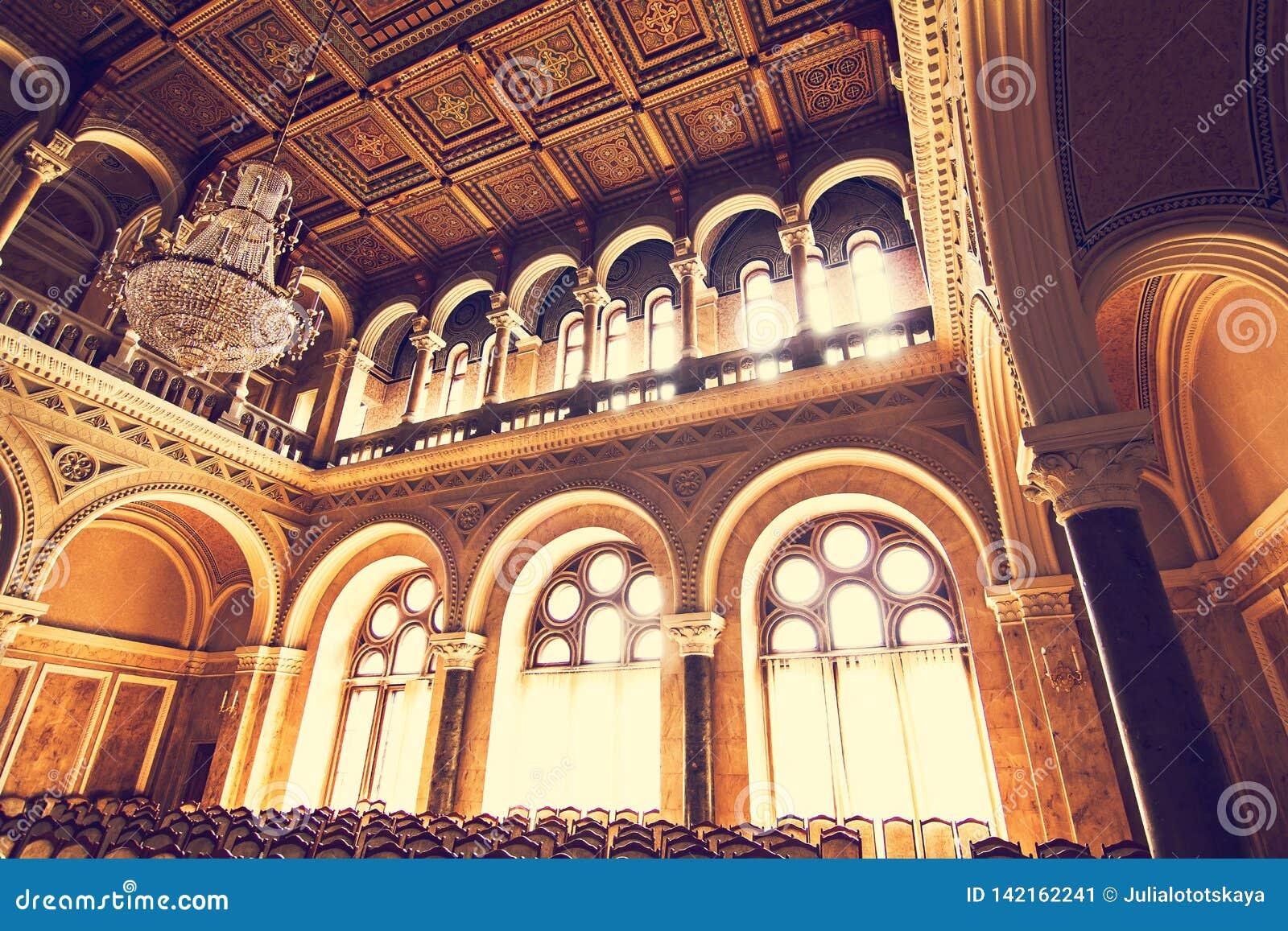 Wewnętrzne sala w pięknym dziejowym budynku Chernivtsi obywatela uniwersytet