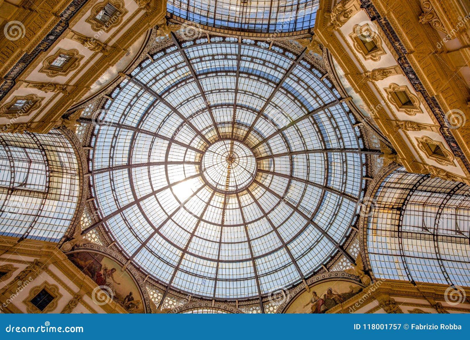 Wewnętrzna kopuła Vittorio Emanuele II galeria, zakupy centrum handlowe blisko Duomo kwadrata, Mediolan, Włochy
