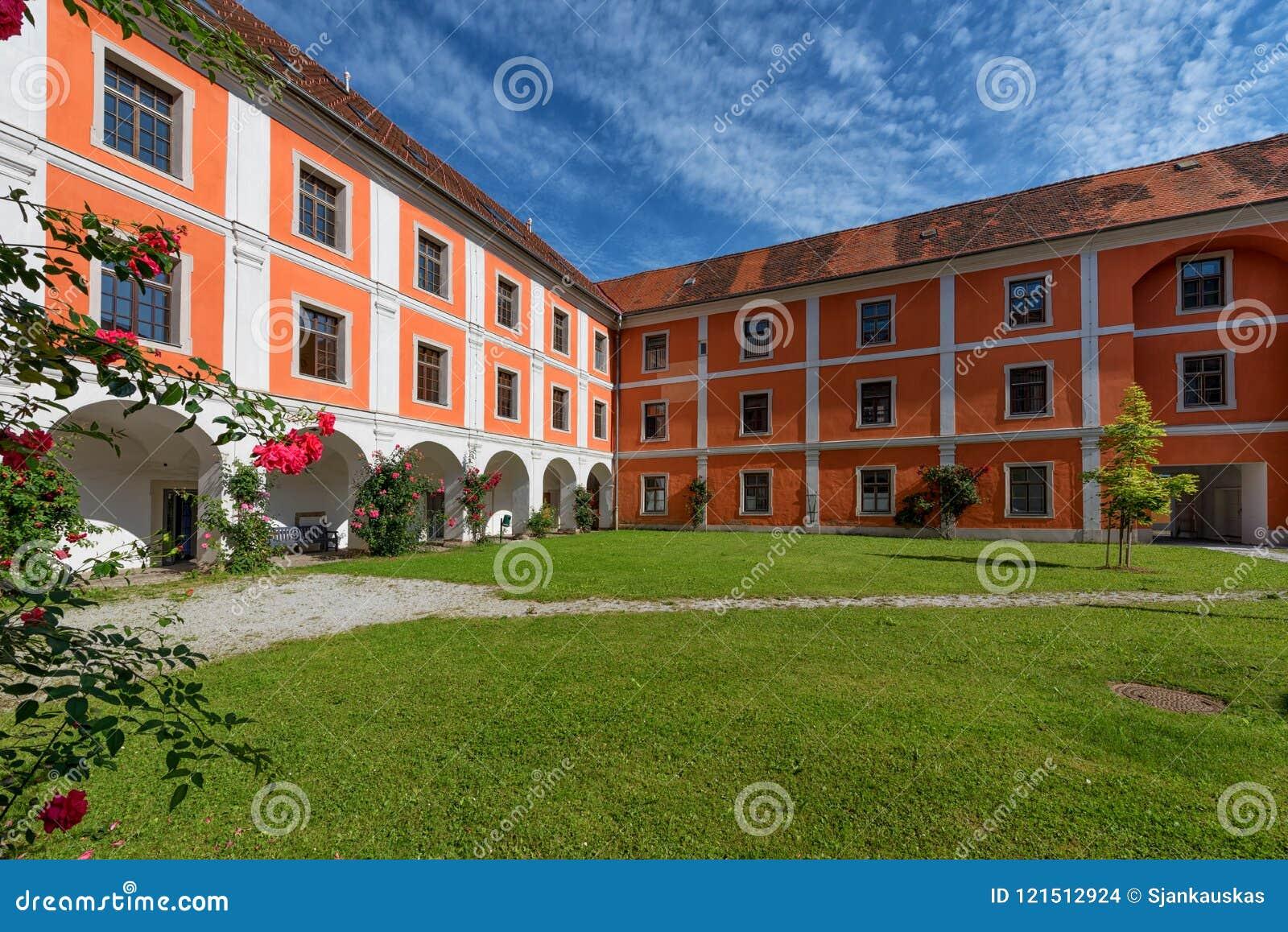 Wewnętrzny podwórze jezuita monaster w Judenburg, Austria