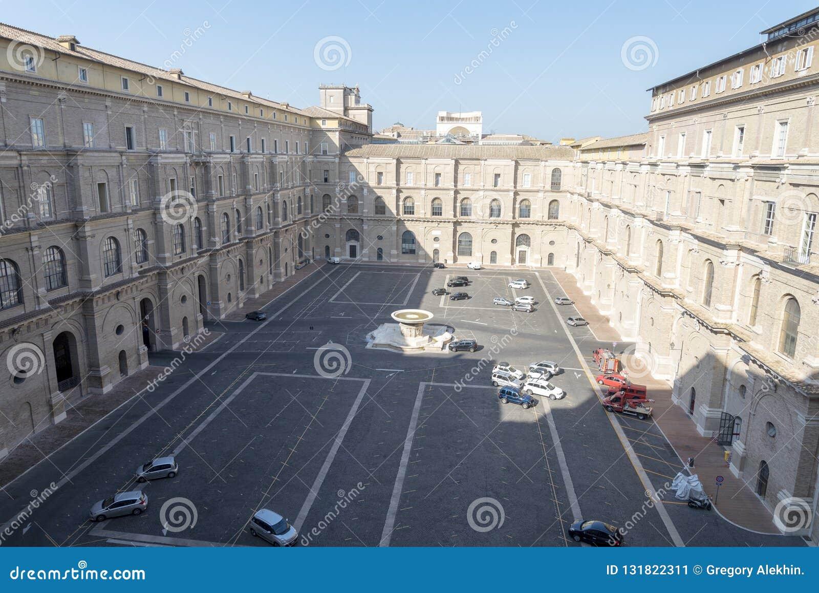 Wewnętrzny podwórze Watykański muzeum z pustym parking