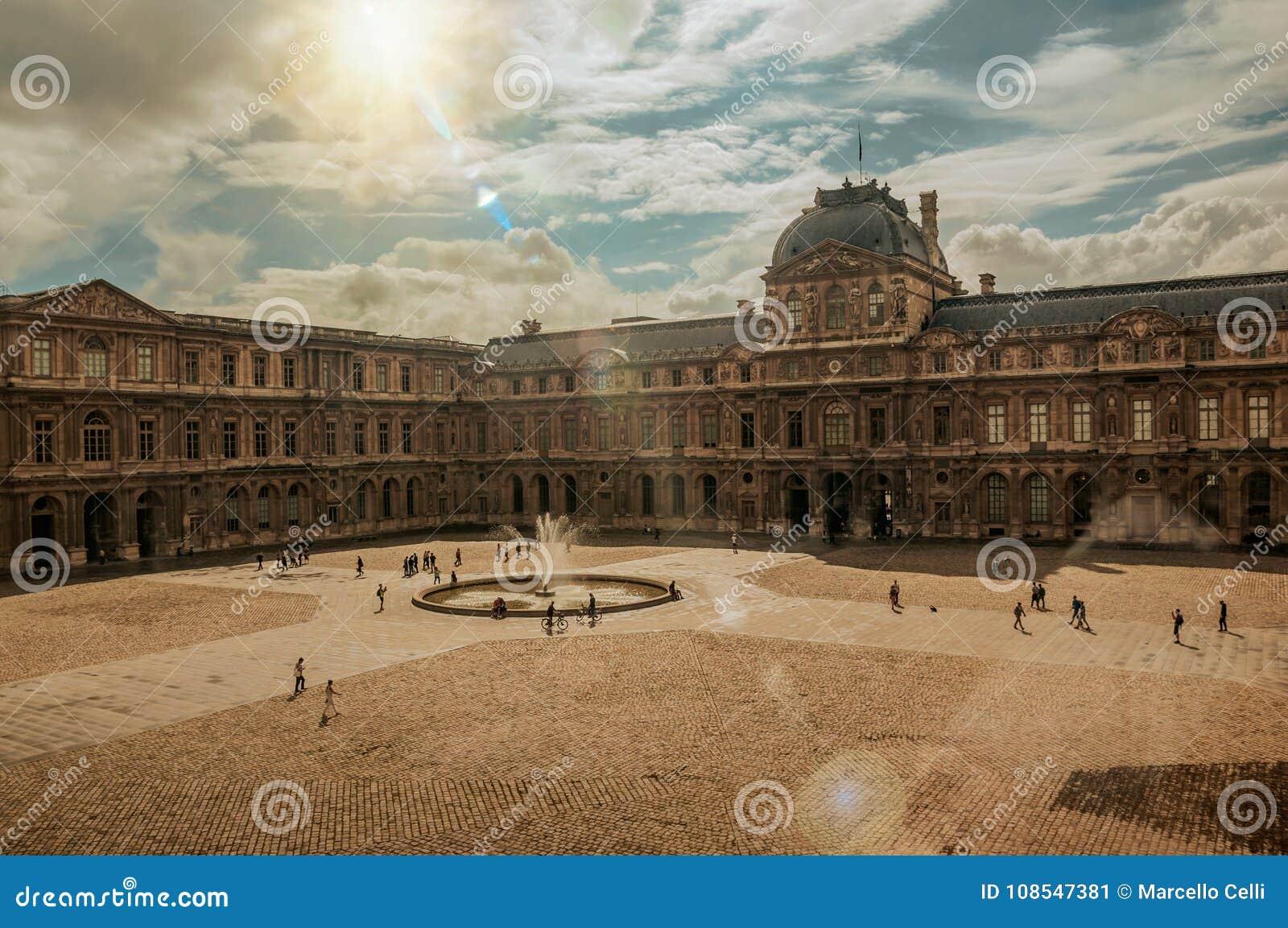 Wewnętrzny podwórze z słońcem przy louvre muzeum w Paryż