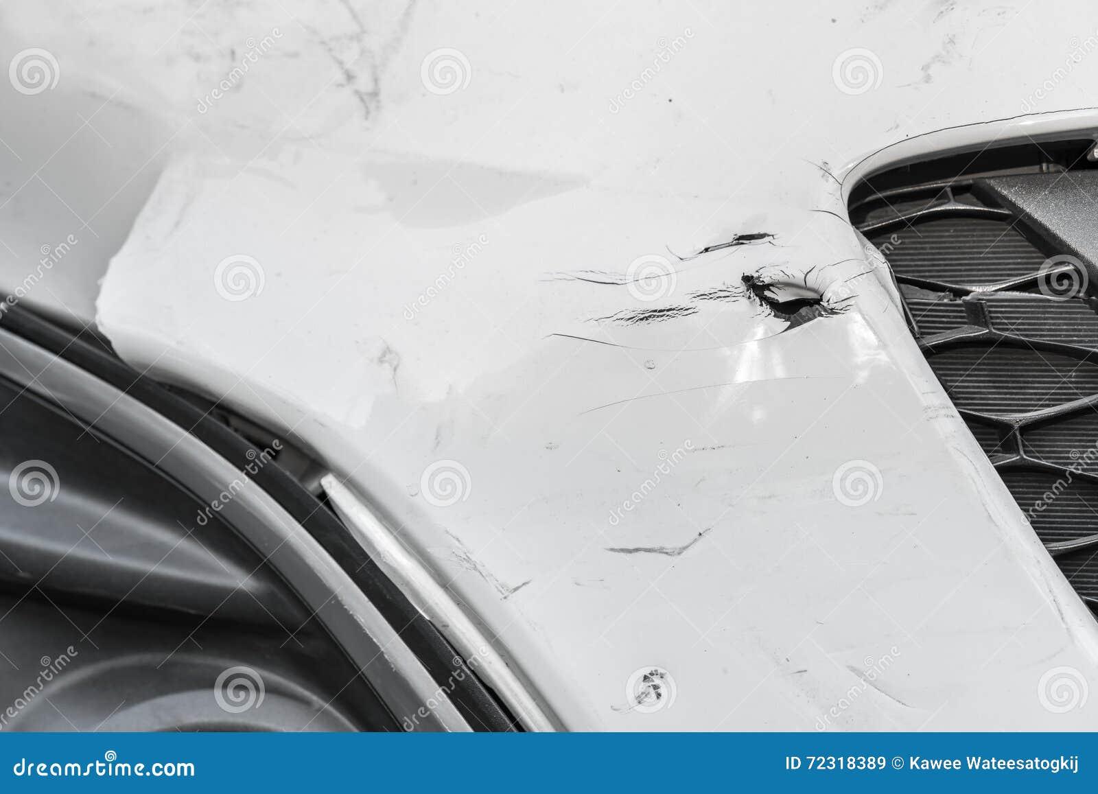 Wgniatający narysy na uszkadzającym białym samochodzie i rana