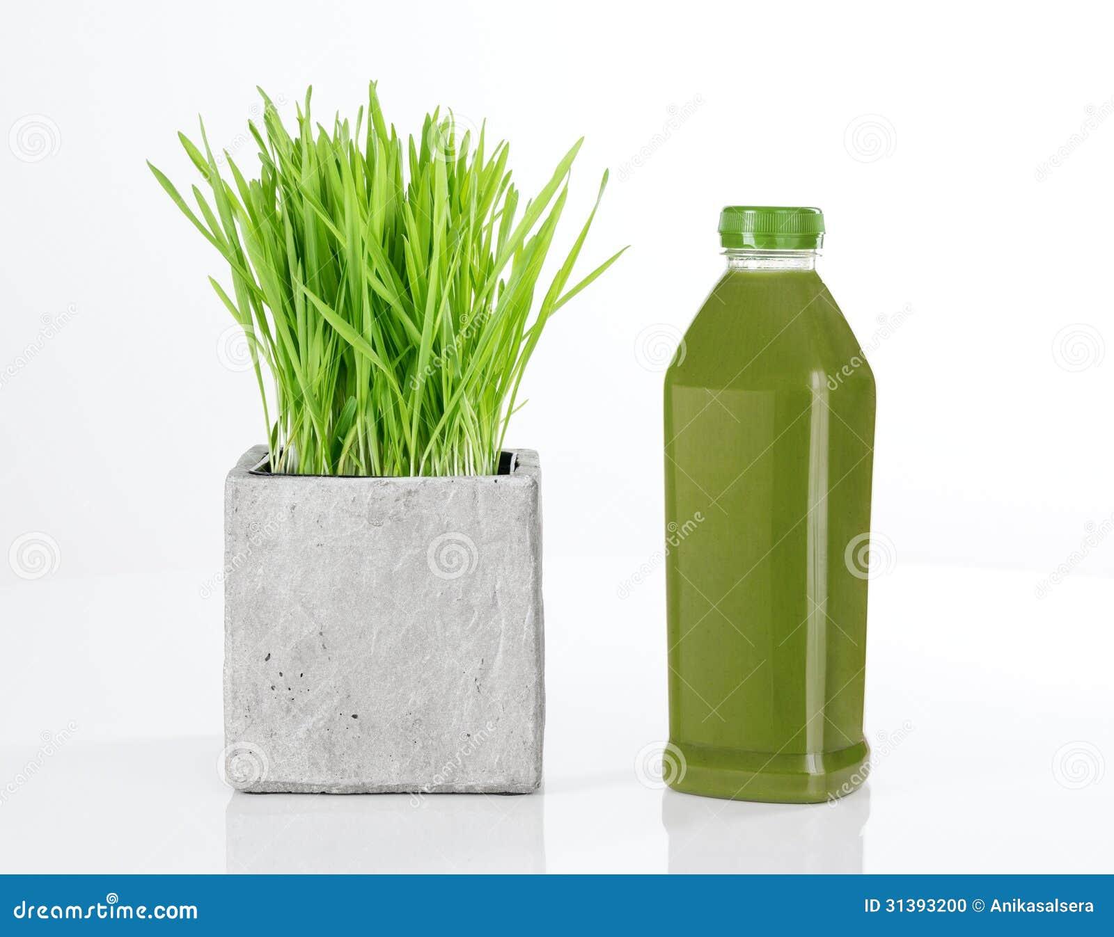 Wheatgrass y botella de jugo verde