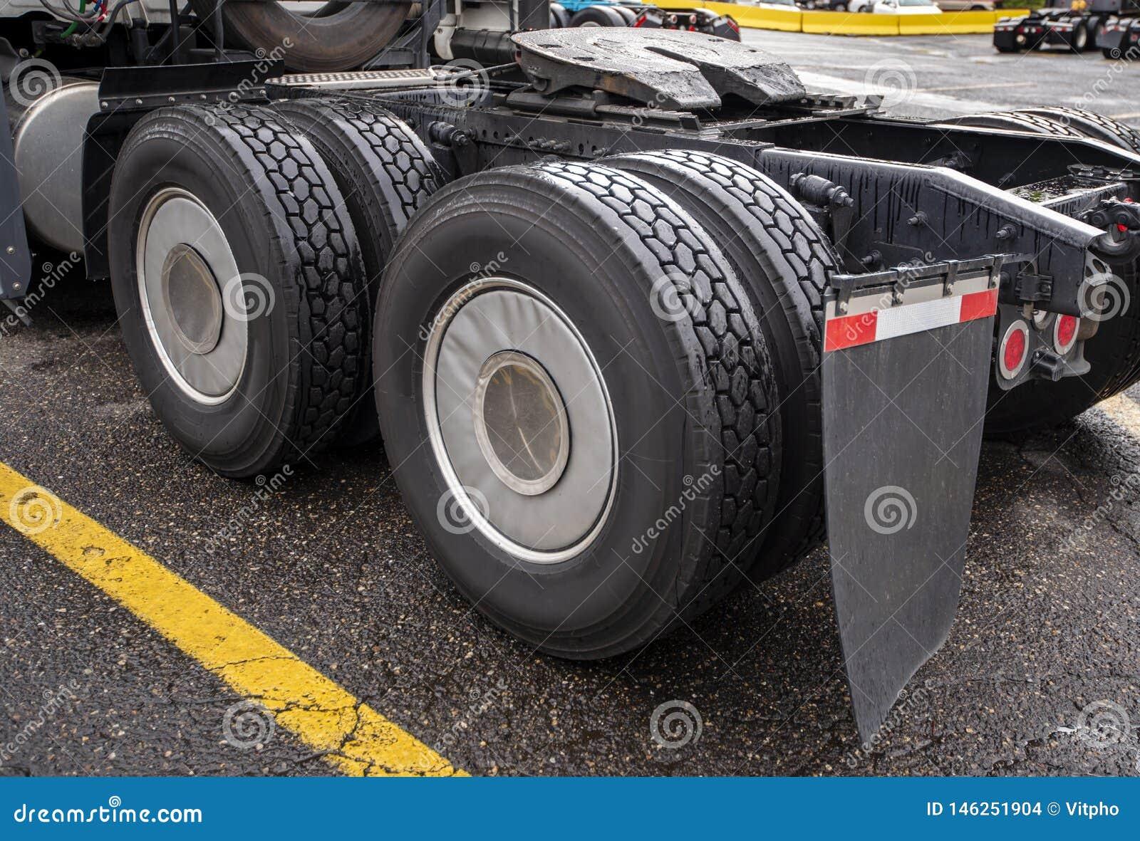 Wheelbase του μεγάλου ημι φορτηγού εγκαταστάσεων γεώτρησης με δύο άξονες και ζευγάρια των ροδών σε τους και της πέμπτης ρόδας για