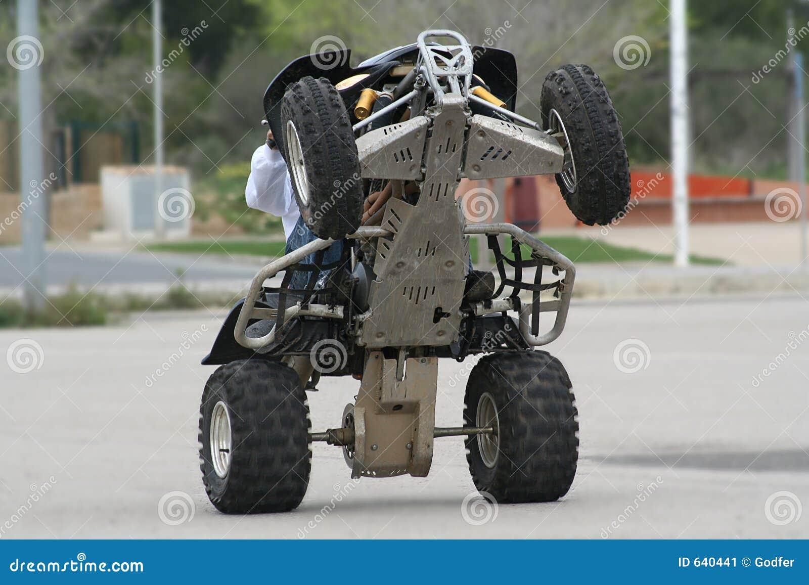 Download Wheelie квада стоковое изображение. изображение насчитывающей квад - 640441