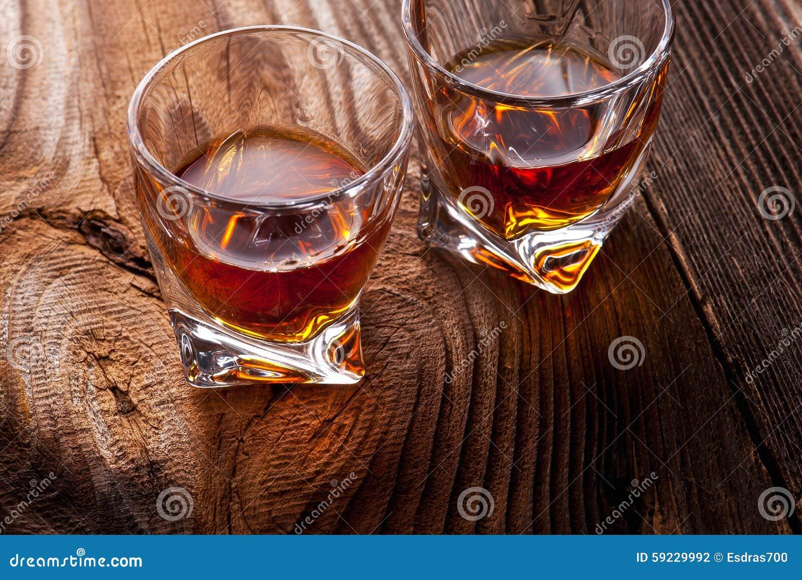 Download Whisky, Borbón, Brandy, O Coñac En La Tabla Del Registro Foto de archivo - Imagen de barra, tablón: 59229992