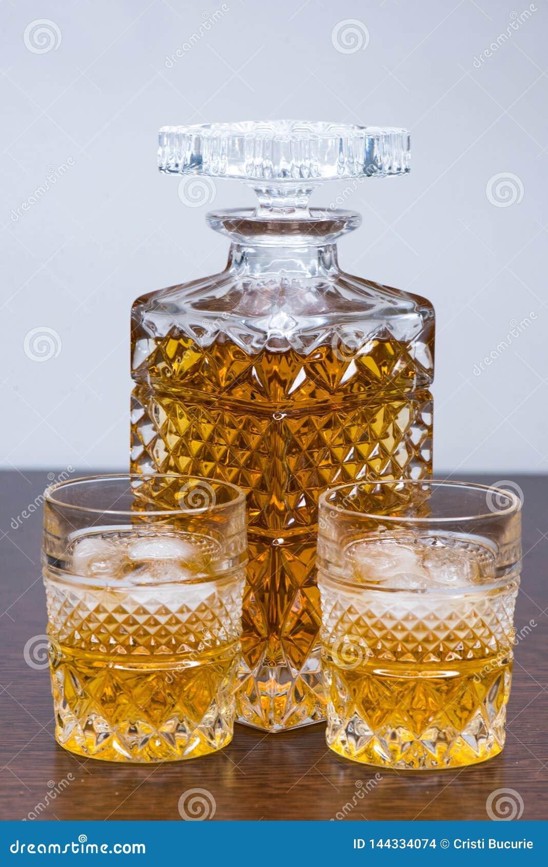 Whisky butelka i glases