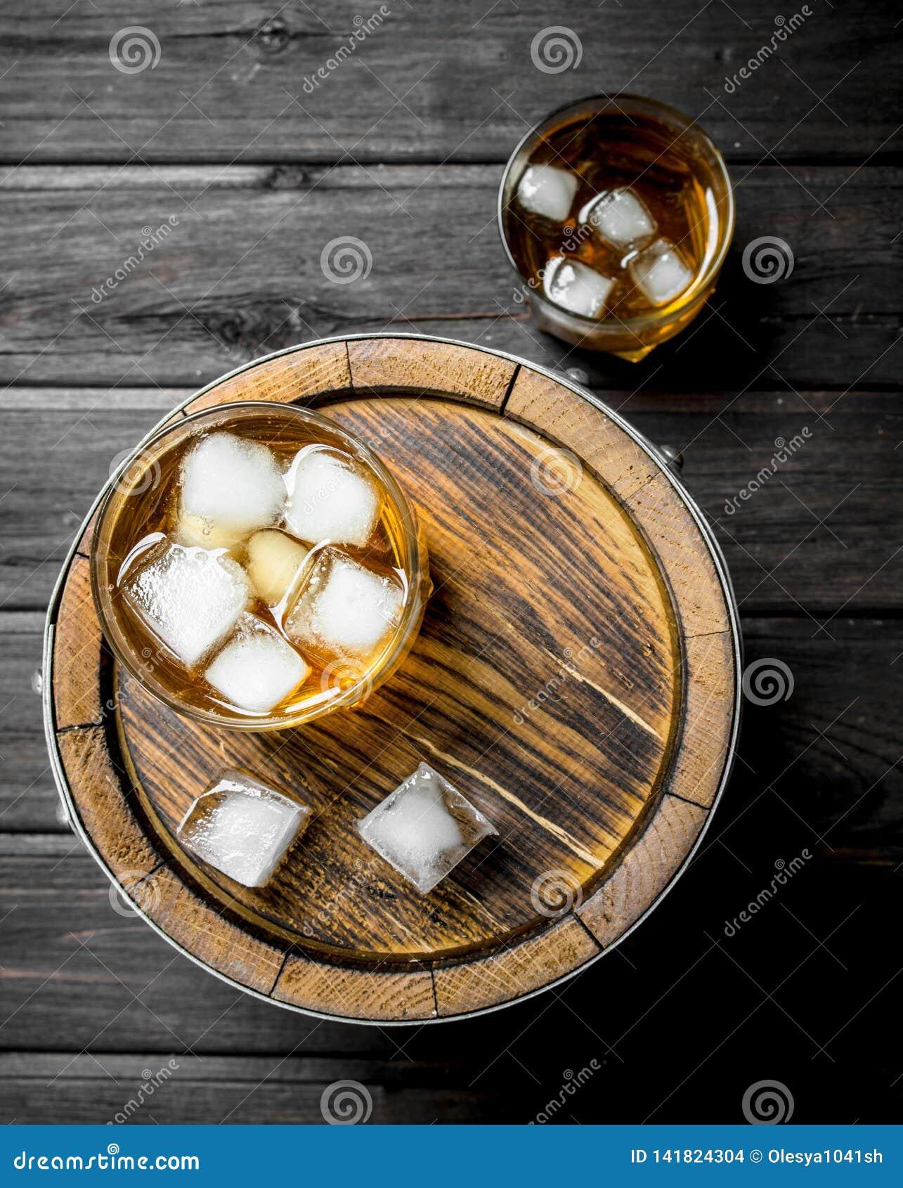 Whisky in glazen met ijs op het vat
