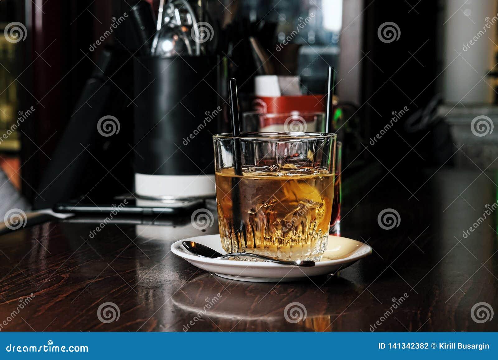 Whisky i naturalny lód na starym drewnianym stole