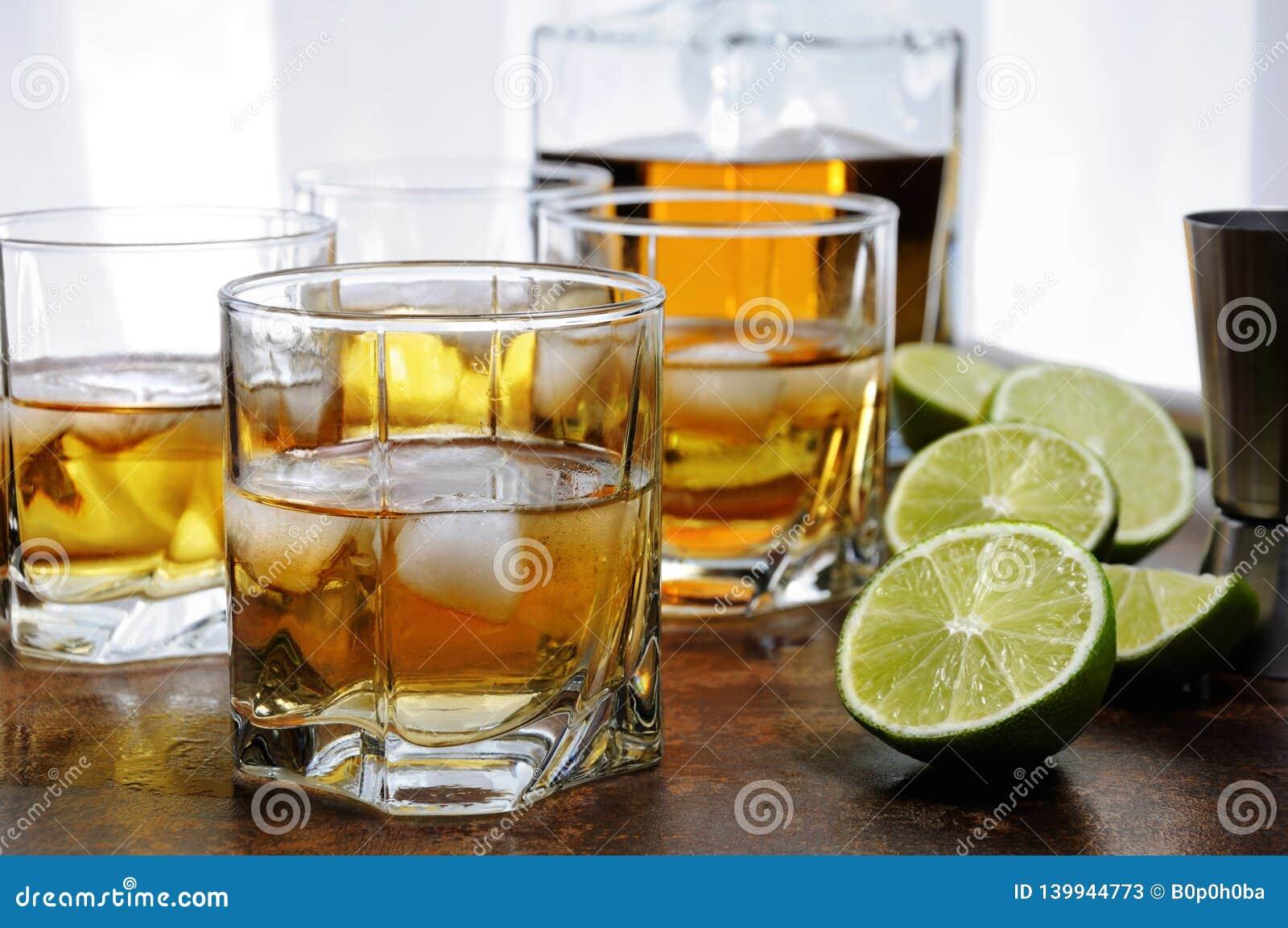 Whisky med ingefärsdricka och limefrukt