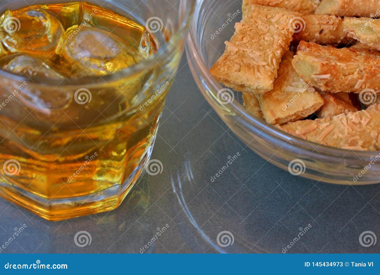 Whisky med is och pinnar med ost för ett mellanmål