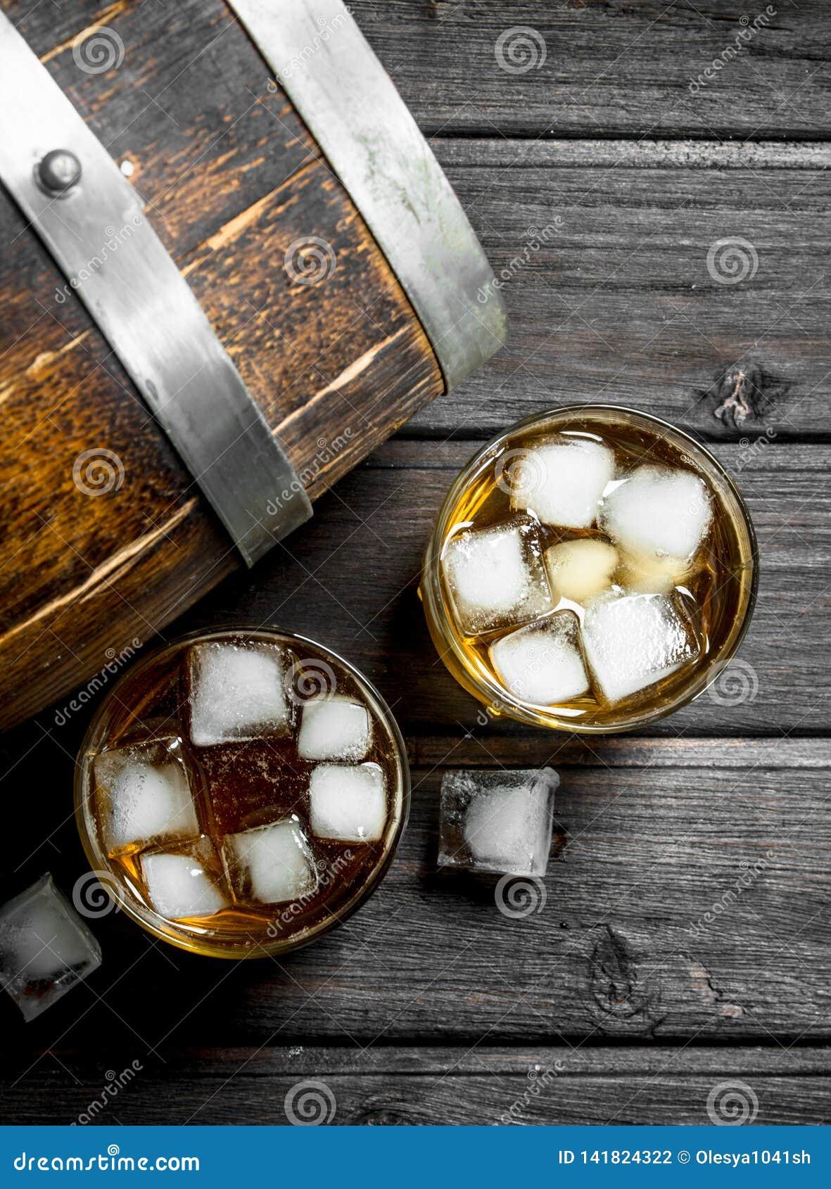 Whisky met ijs en een houten vat