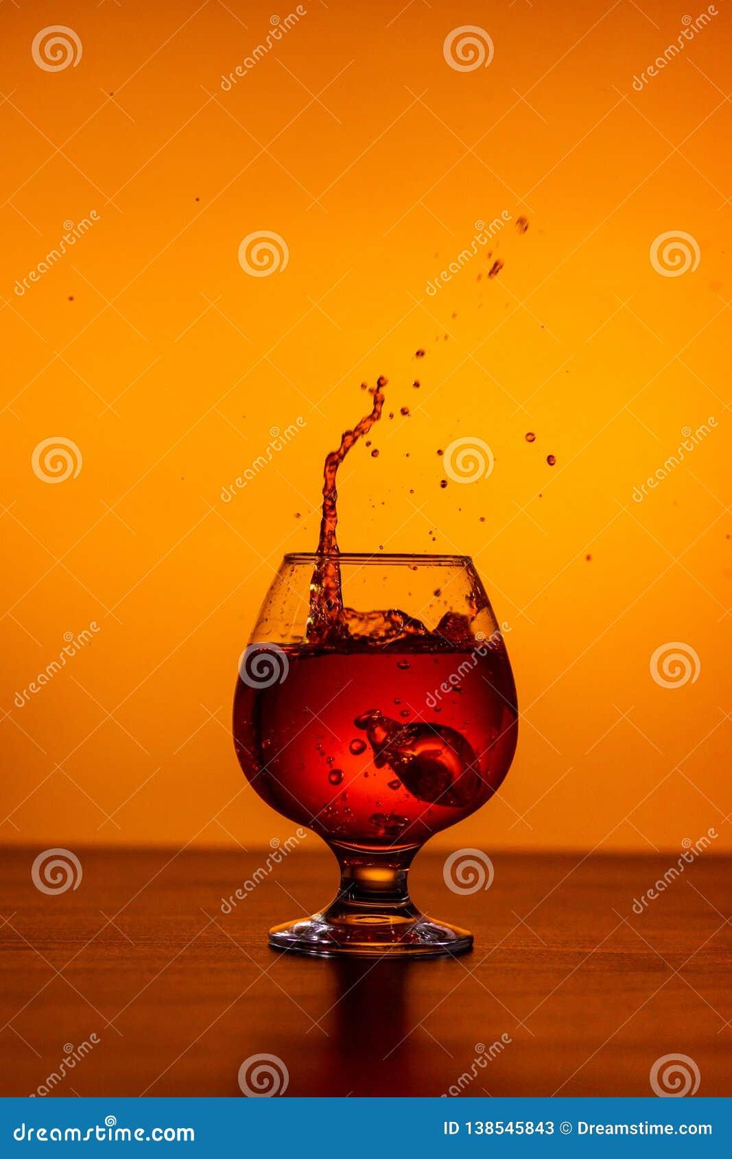 Whisky mit Eiswürfeln auf Tabelle