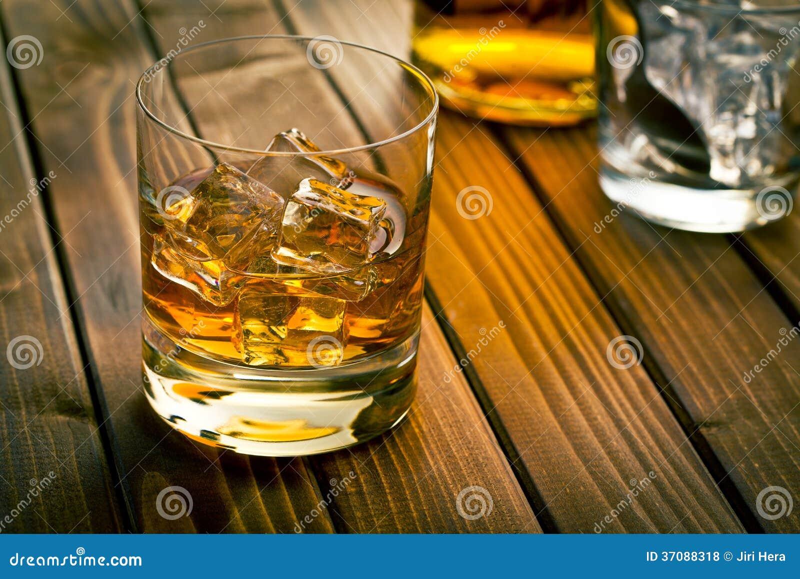 Download Whisky w szkle z lodem zdjęcie stock. Obraz złożonej z drewniany - 37088318