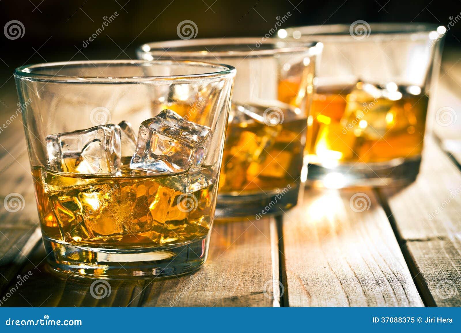 Download Whisky w szkle z lodem obraz stock. Obraz złożonej z glassblower - 37088375