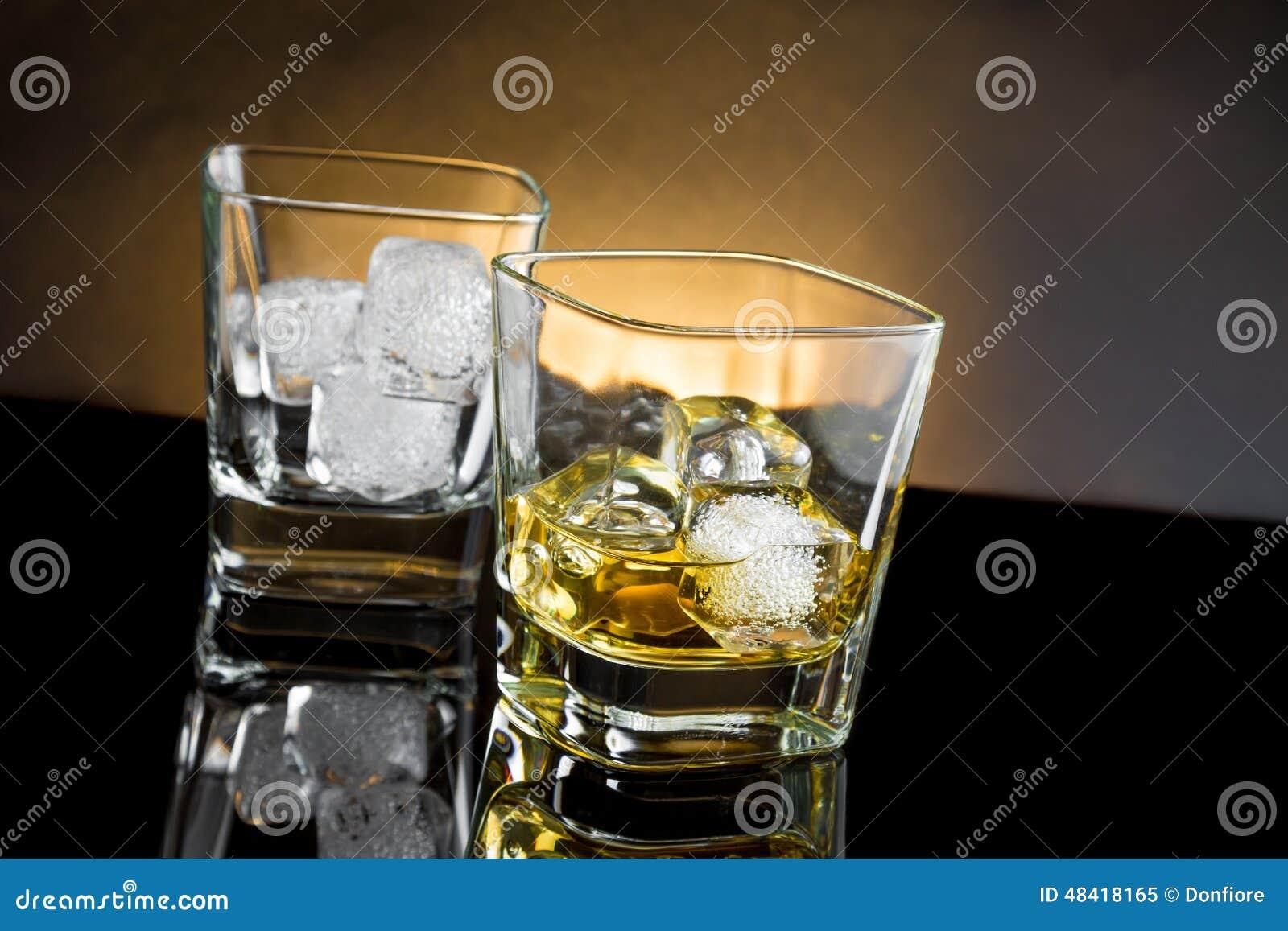 whiskygl ser mit eis und warmem licht auf schwarzem. Black Bedroom Furniture Sets. Home Design Ideas