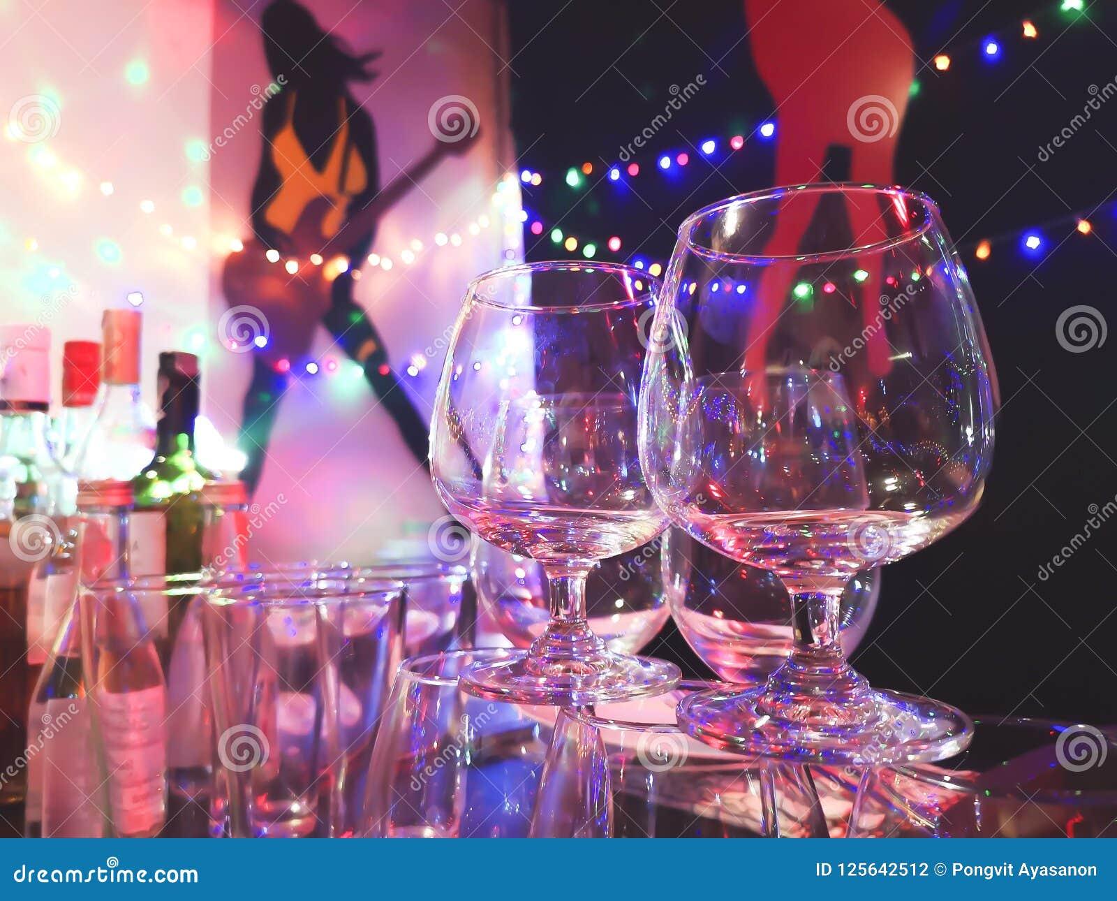 Whiskyglas an einer Partei nachts
