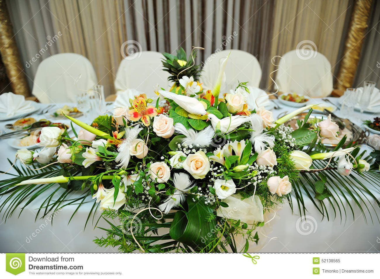 White bouquet of flowers on a festive table bride and - Centre de table floral ...