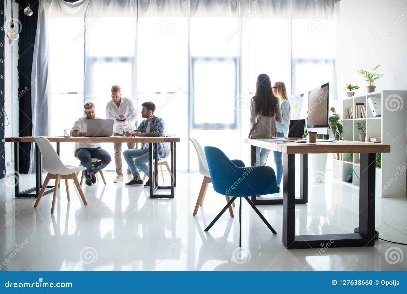 White för kontor för livstid för bild för bakgrund 3d Grupp av ungt affärsfolk som tillsammans arbetar och meddelar i idérikt kon