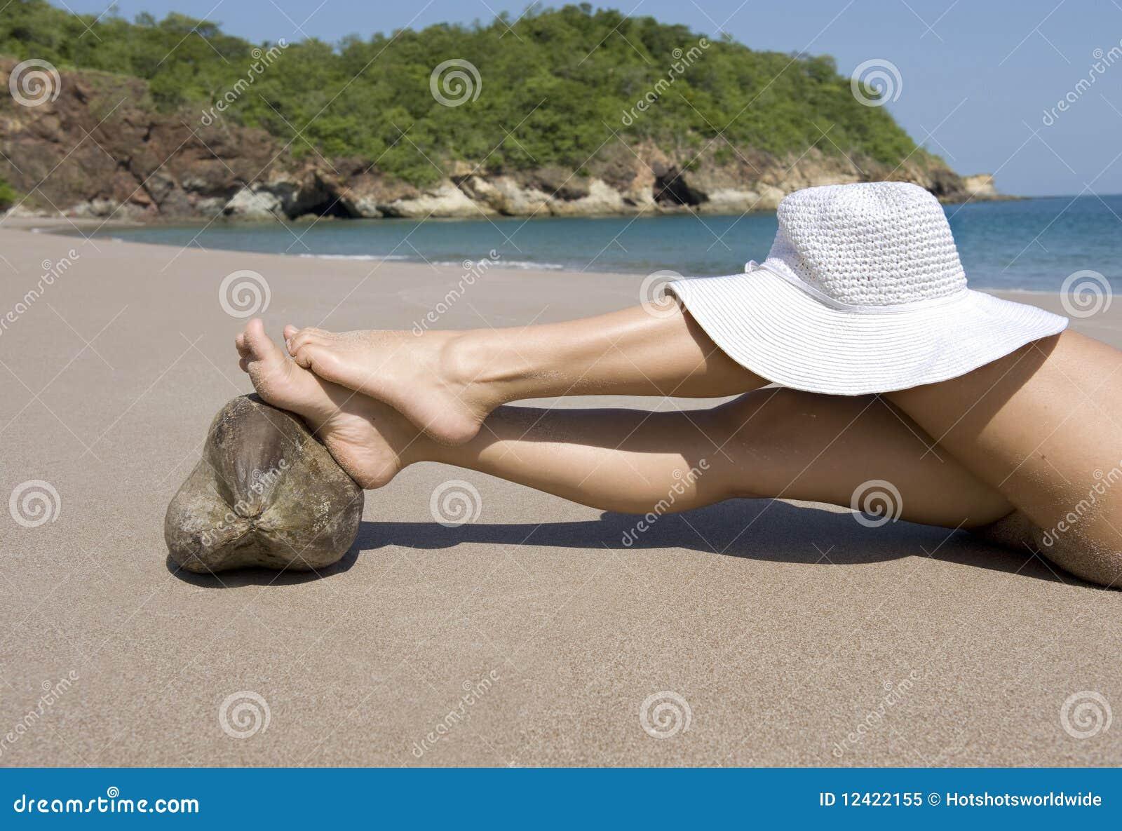 White för lady för hatt för strandkokosnötfot