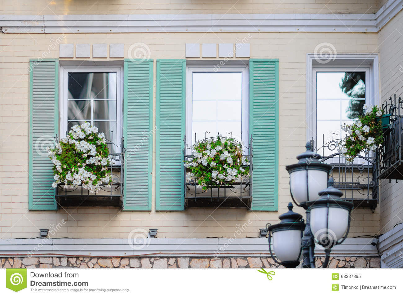 Fiori Bianchi Balcone.White Flowers On A Balcony In Front Of The Window Stock Image