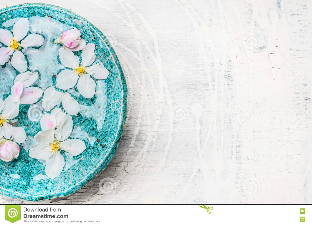 White flowers in turquoise blue water bowl on light shabby for Salon turquoise