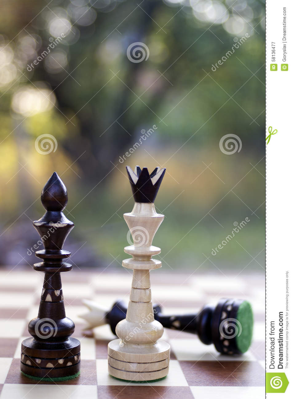 White king and black queen chess pieces