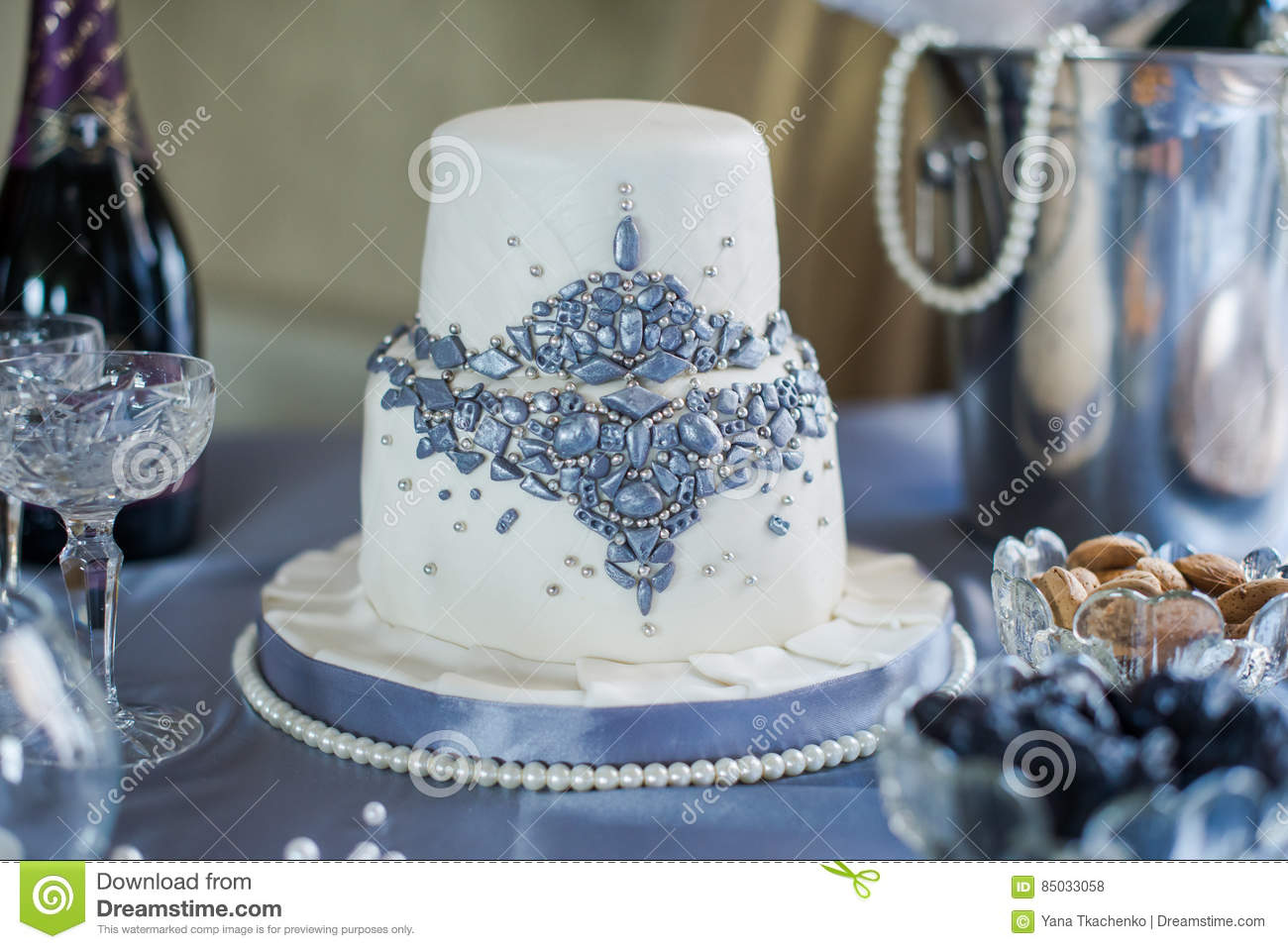 how to make a two tiered wedding cake white two tier wedding cake stock photo image 85033058 15877