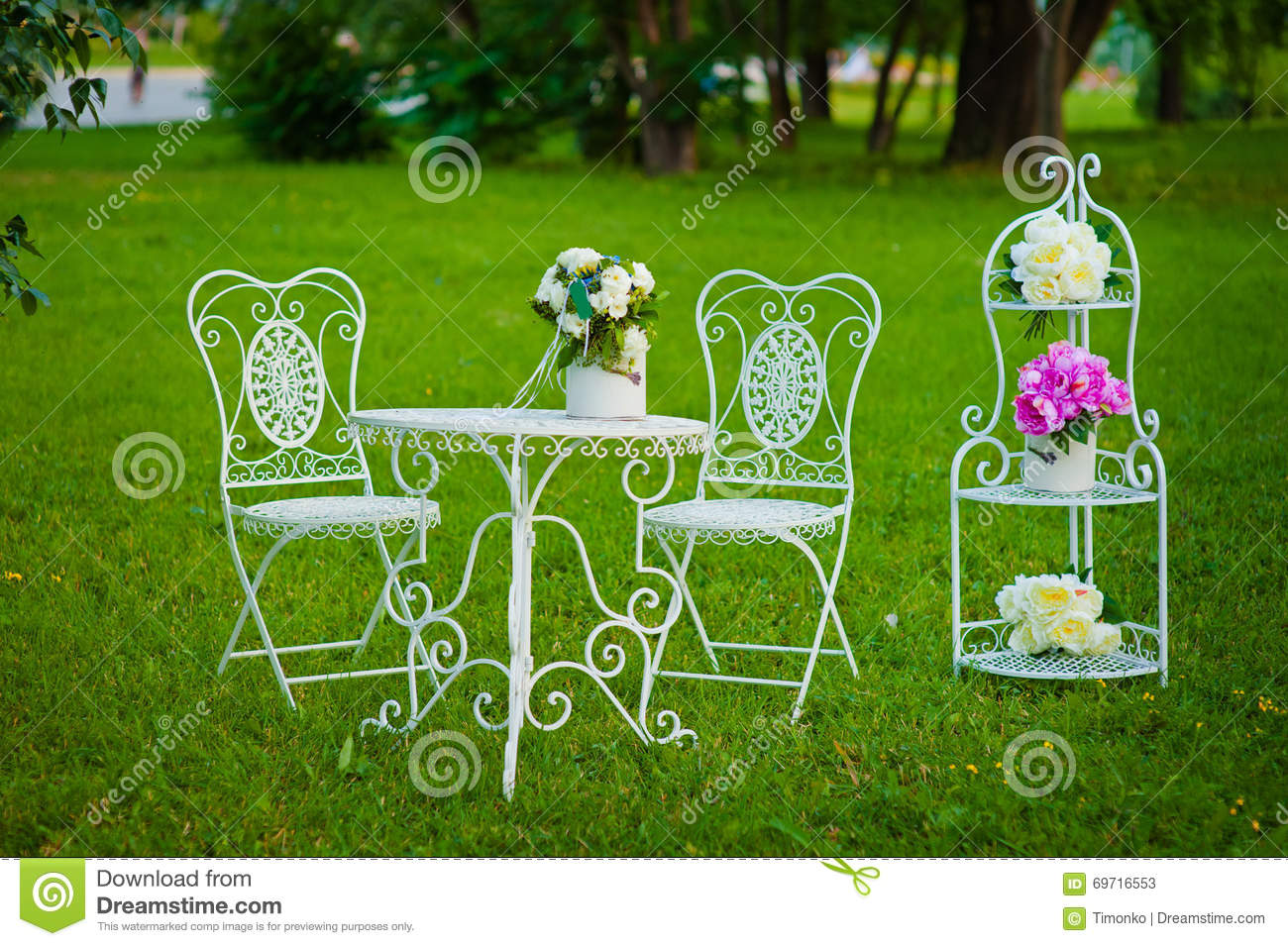 White metal garden chairs - White Vintage Metal Tea Table And Chairs On A Grass In Summer Park Stock Photos