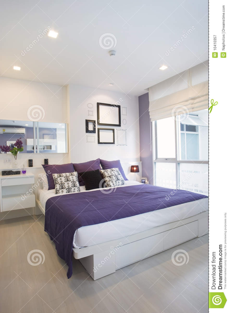 White and violet bedroom royalty free stock photography - Chambre violet et blanc ...