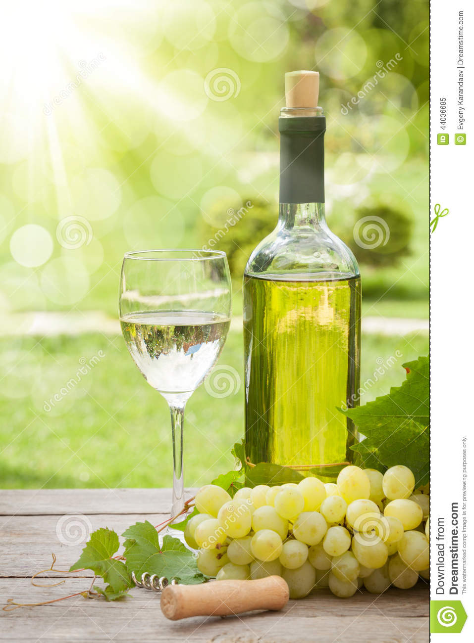 White wine glass and bottle with bunch of grapes stock for Cocktail 0 base de vin blanc