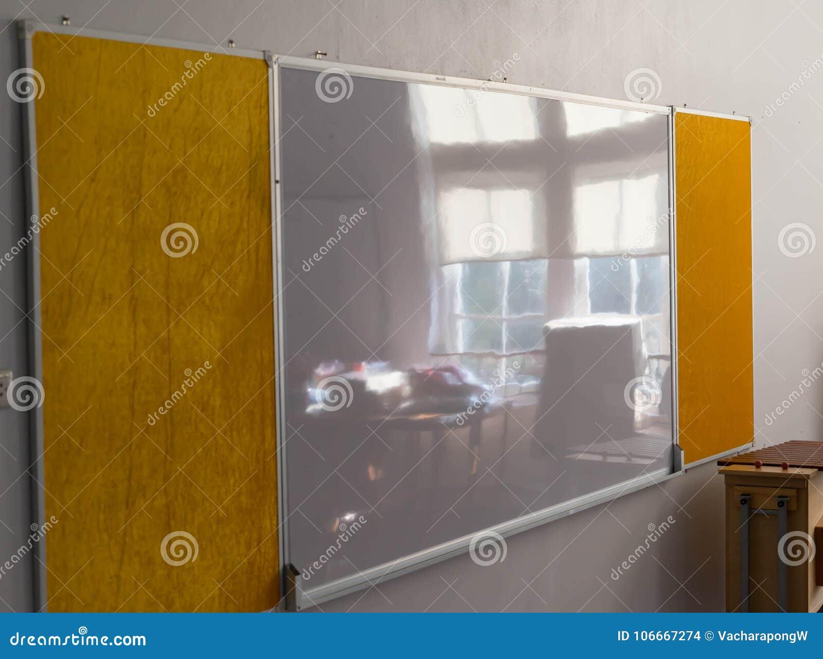 Whiteboard на стене с около окном отражает