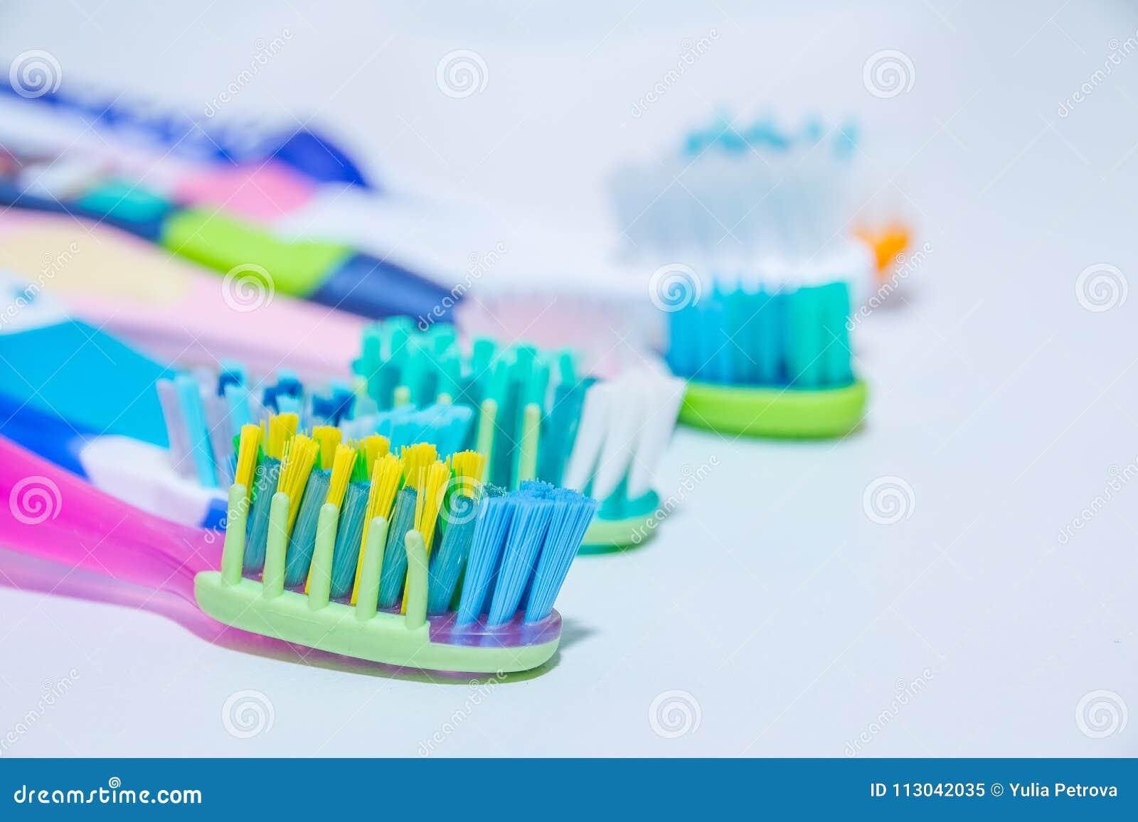 Whitening Cuidado del diente concepto sano de los dientes Nuevos cepillos de dientes ultra suaves en fila, industria dental Diver